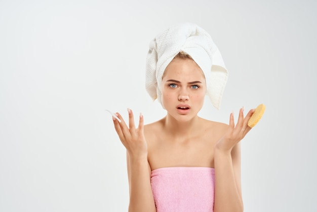 Mulher com uma toalha na cabeça almofadas de algodão saúde higiene closeup