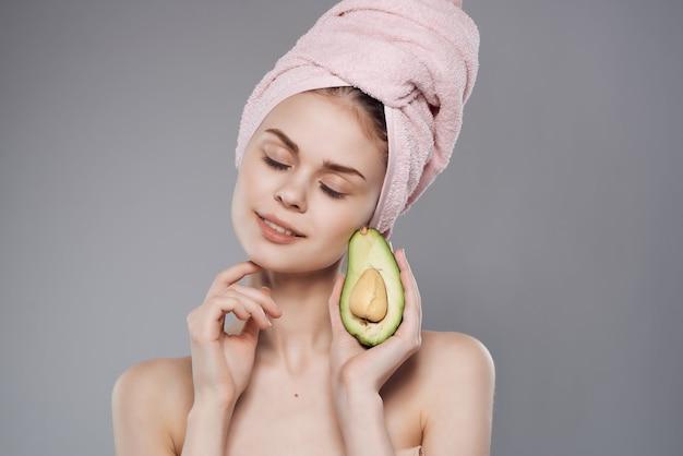 Mulher com uma toalha na cabeça após o banho de abacate posando closeup
