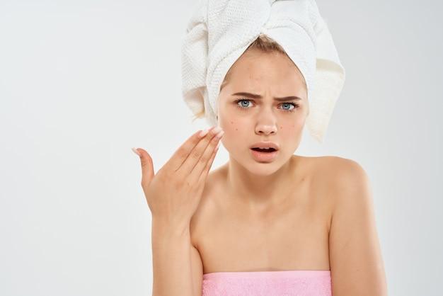 Mulher com uma toalha na cabeça pele limpa saúde emoções dermatologia