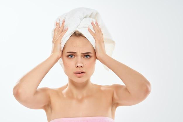 Mulher com uma toalha na cabeça problemas de pele facial estúdio de espinhas