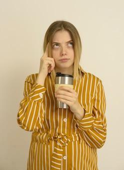 Mulher com uma xícara de café