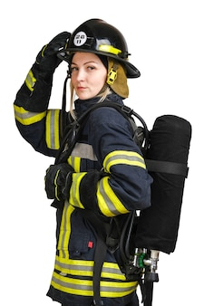 Mulher com uniforme de bombeiro posando de perfil com tanque de ar