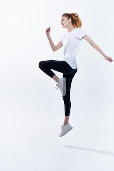 Mulher com uniforme esportivo bonés exercícios cardiovasculares