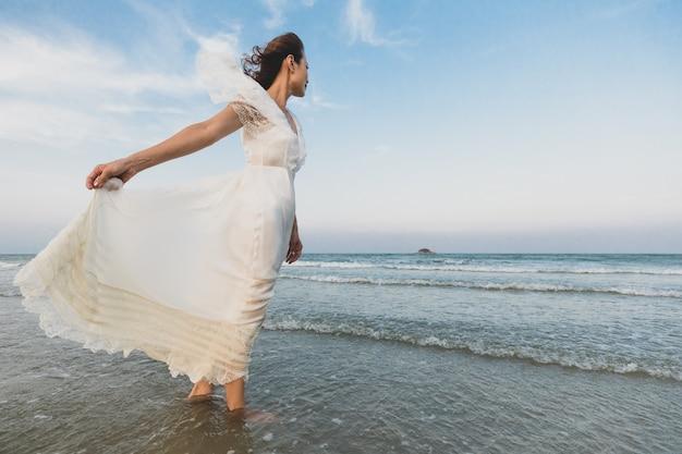 Mulher, com, vestido branco, praia