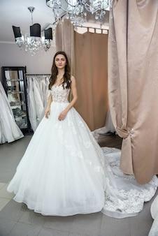 Mulher com vestido de noiva em comprimento total na loja
