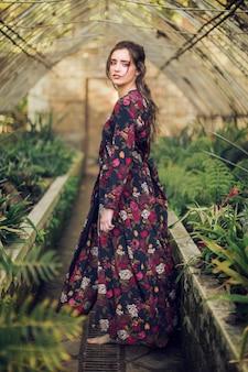 Mulher, com, vestido floral, e, pés descalços