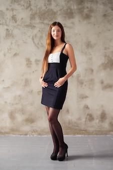 Mulher com vestido preto e branco