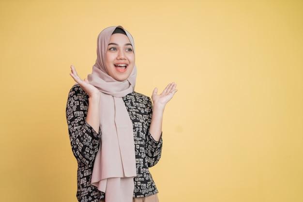 Mulher com véu levantando a mão no queixo enquanto sorri feliz