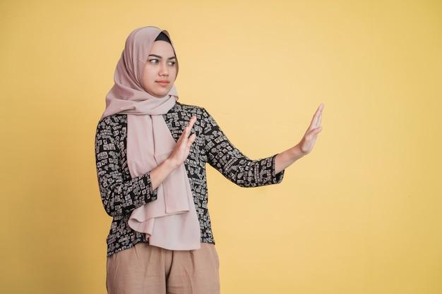 Mulher com véu recusando oferta gesto pose com copyspace