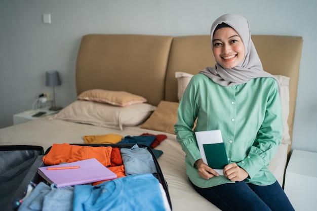 Mulher com véu segurando um bilhete e passaporte