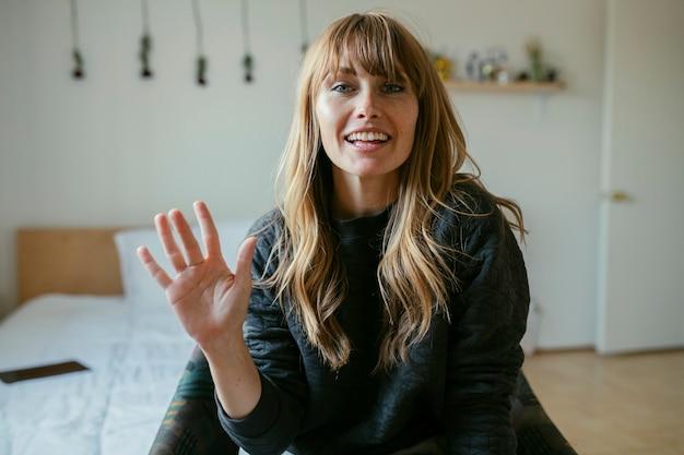 Mulher com videochamada durante quarentena de coronavírus