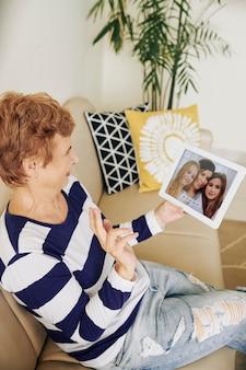 Mulher com videochamada, filha e neta