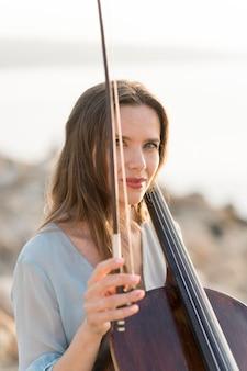 Mulher com violoncelo e arco
