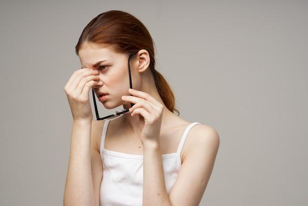 Mulher com visão deficiente de óculos problemas de saúde miopia astigmatismo