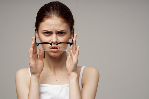 Mulher com visão deficiente, problemas de saúde astigmatismo miopia