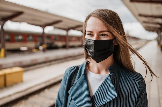 Mulher com visão frontal usando máscara de proteção de tecido