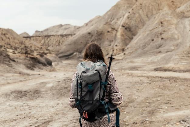 Mulher com visão traseira usando mochila