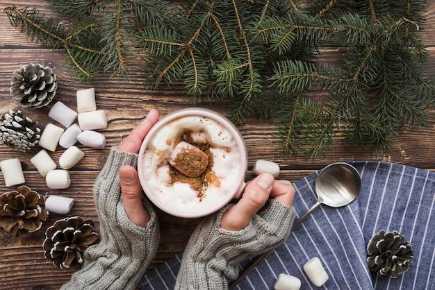Mulher, com, xícara café, e, marshmallows