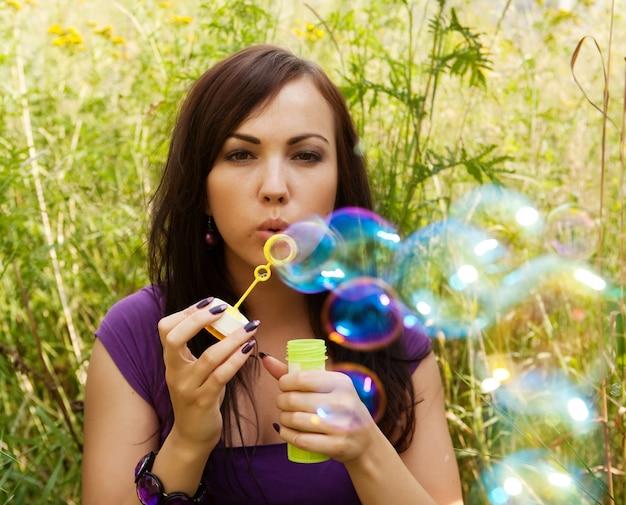 Mulher começa bolhas de sabão
