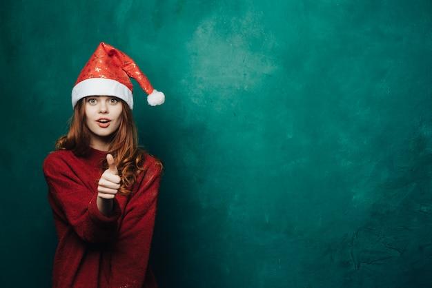 Mulher comemora o natal e ano novo.
