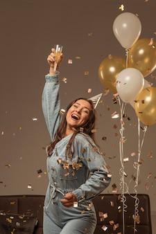 Mulher comemorando ano novo