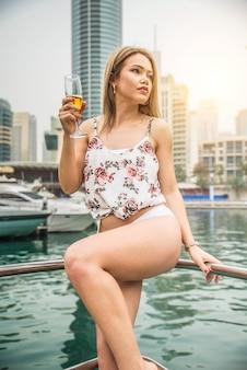 Mulher comemorando em um iate