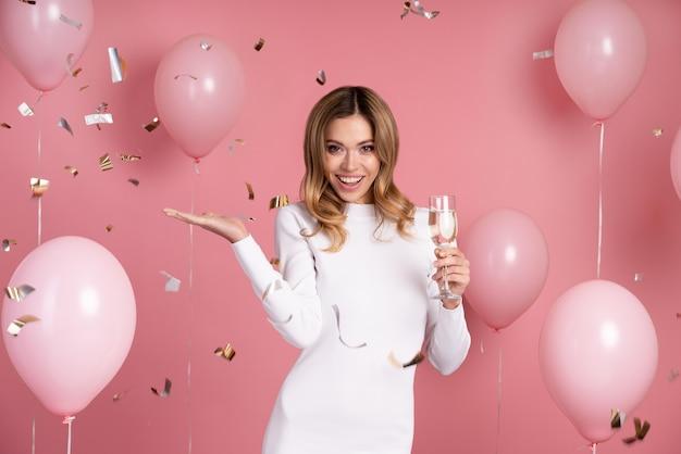 Mulher comemorando em uma festa de aniversário