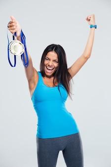 Mulher comemorando seu sucesso com medalha