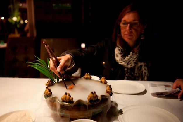 Mulher, comendo alimento, em, um, restaurante, lagos traseiro, beijing, china