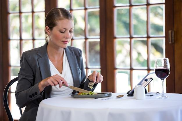 Mulher comendo uma refeição