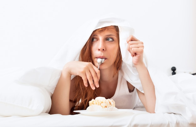 Mulher, comer, bolo, sob, folha