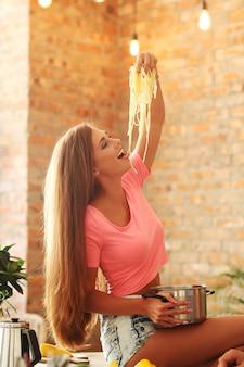 Mulher, comer espaguete