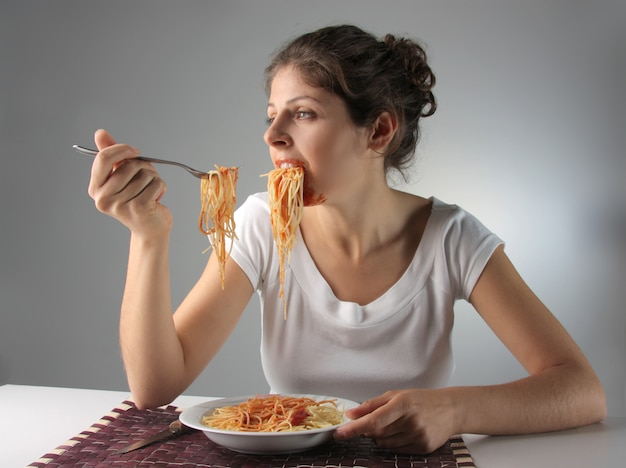 Mulher, comer, macarronada