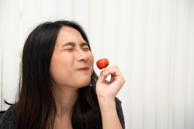 Mulher, comer, morangos frescos