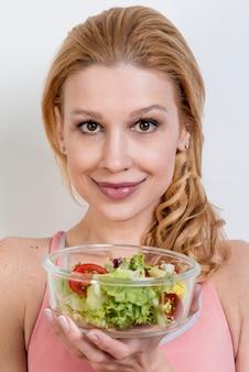 Mulher, comer, um, salada alface