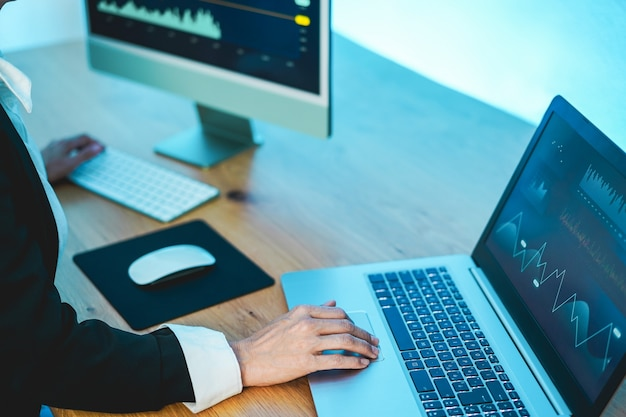 Mulher comerciante estudando o mercado de ações em casa - finanças, investimento e conceito de negociação - foco disponível
