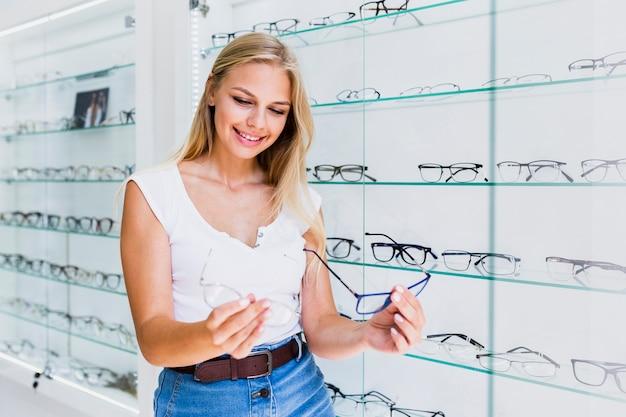 Mulher, comparando, óculos, armações