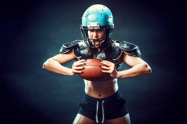 Mulher competitiva com bola de rugby