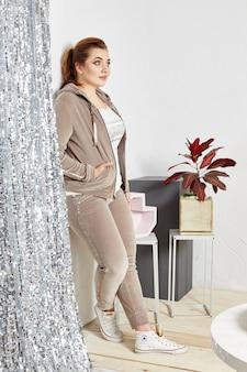 Mulher completa, mulher bem sucedida confiante posando no estúdio de design de interiores. mulher gorda