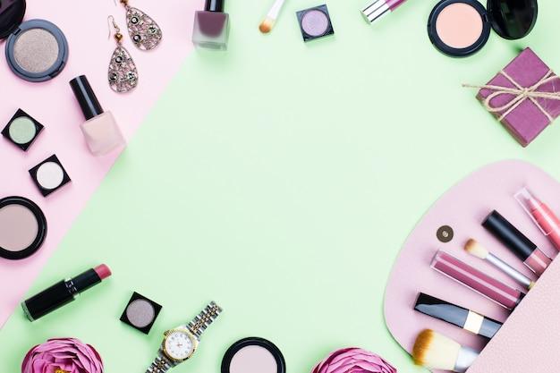Mulher compõem produtos e acessórios em fundo pastel