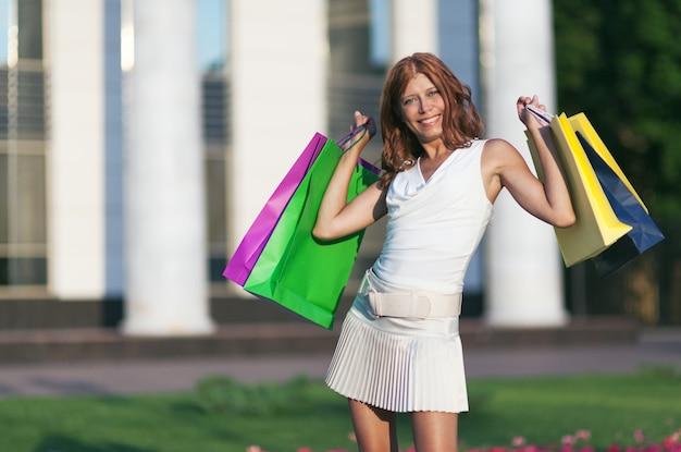 Mulher compra beleza com bolsa de papel