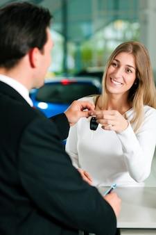 Mulher comprando carro - chave sendo dada