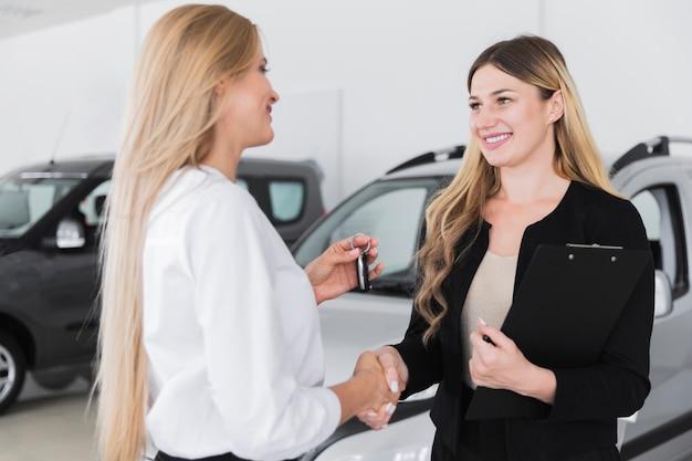 Mulher, comprando, carro novo, em, dealership