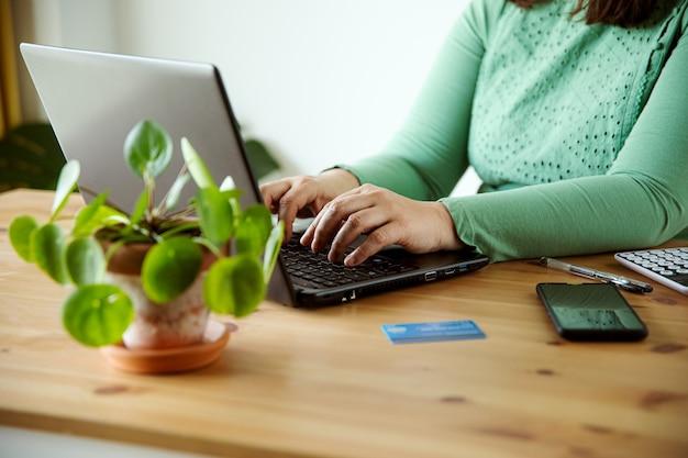 Mulher comprando conceito de comércio eletrônico de loja online