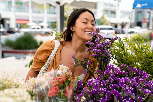 Mulher comprando flores em um mercado local