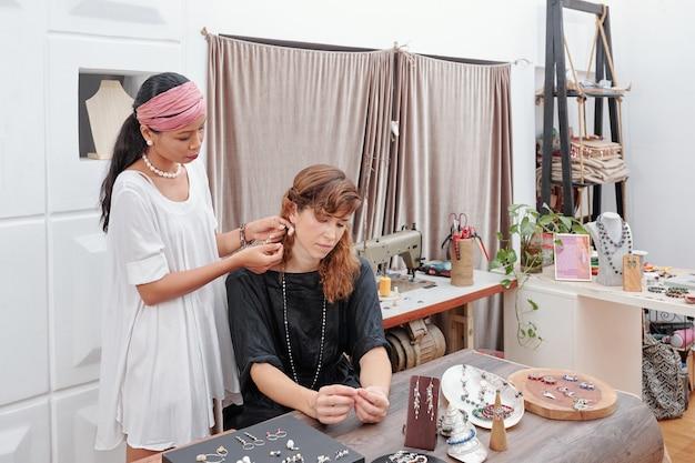 Mulher comprando joias feitas à mão