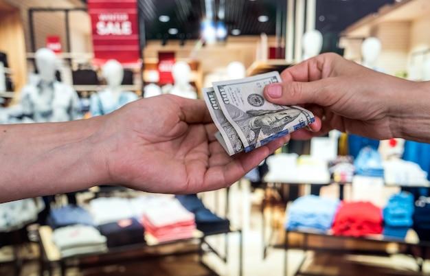 Mulher comprando roupas da moda na loja. conceito de finanças e estilo de vida