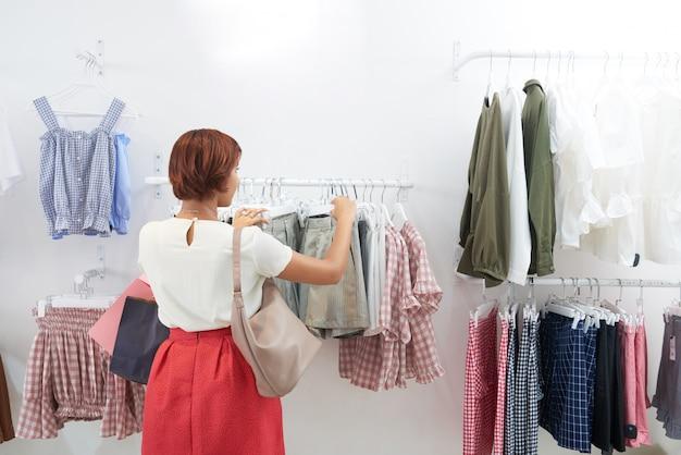 Mulher comprando roupas