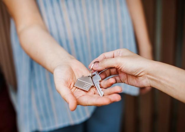 Mulher, comprando, um, casa nova