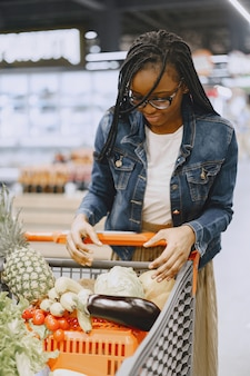 Mulher comprando vegetais no supermercado